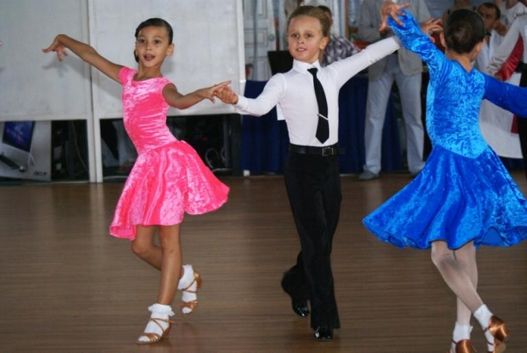 b60b14ada7e2396 При выборе платья для тренировок или соревнований, нужно, тщательно изучить  регламент, который очень строг к нарядам маленьких конкурсанток.