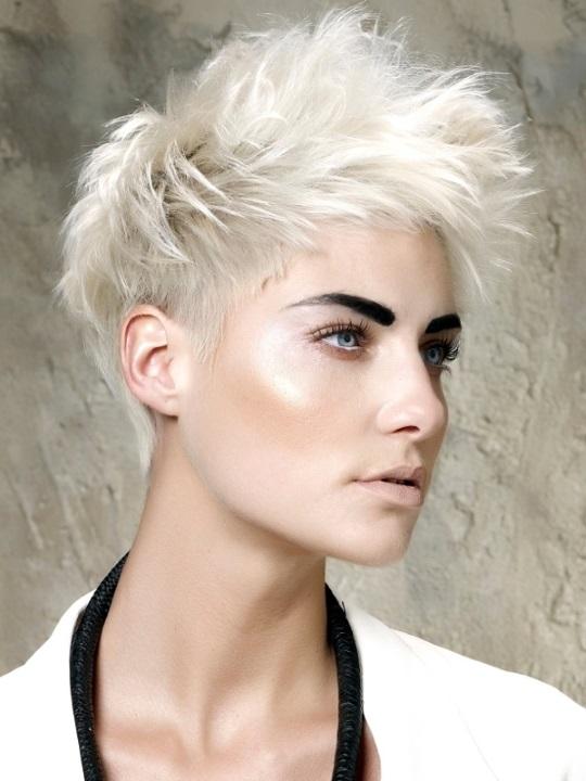 Короткие белые волосы