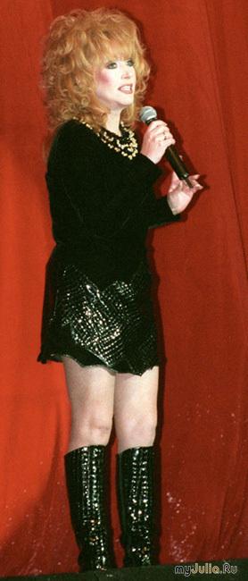 Примадонна похудела и носит короткие юбки