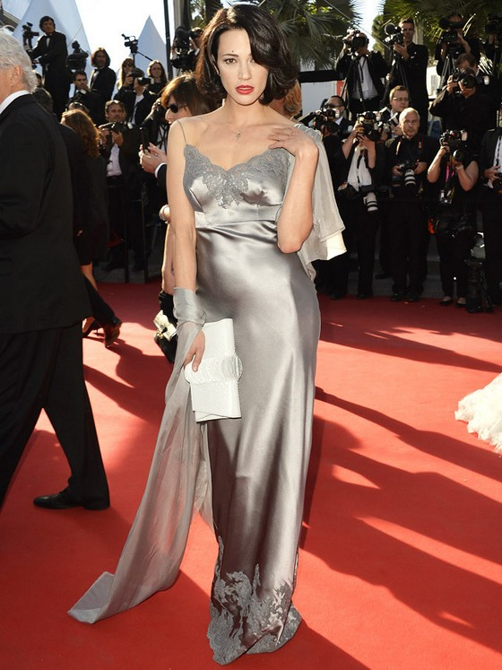 Анфиса Чехова в шелковом платье