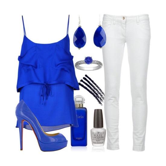 Белые брюки и синие лаковые туфли