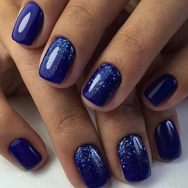Синий лак с блестками на короткие ногти