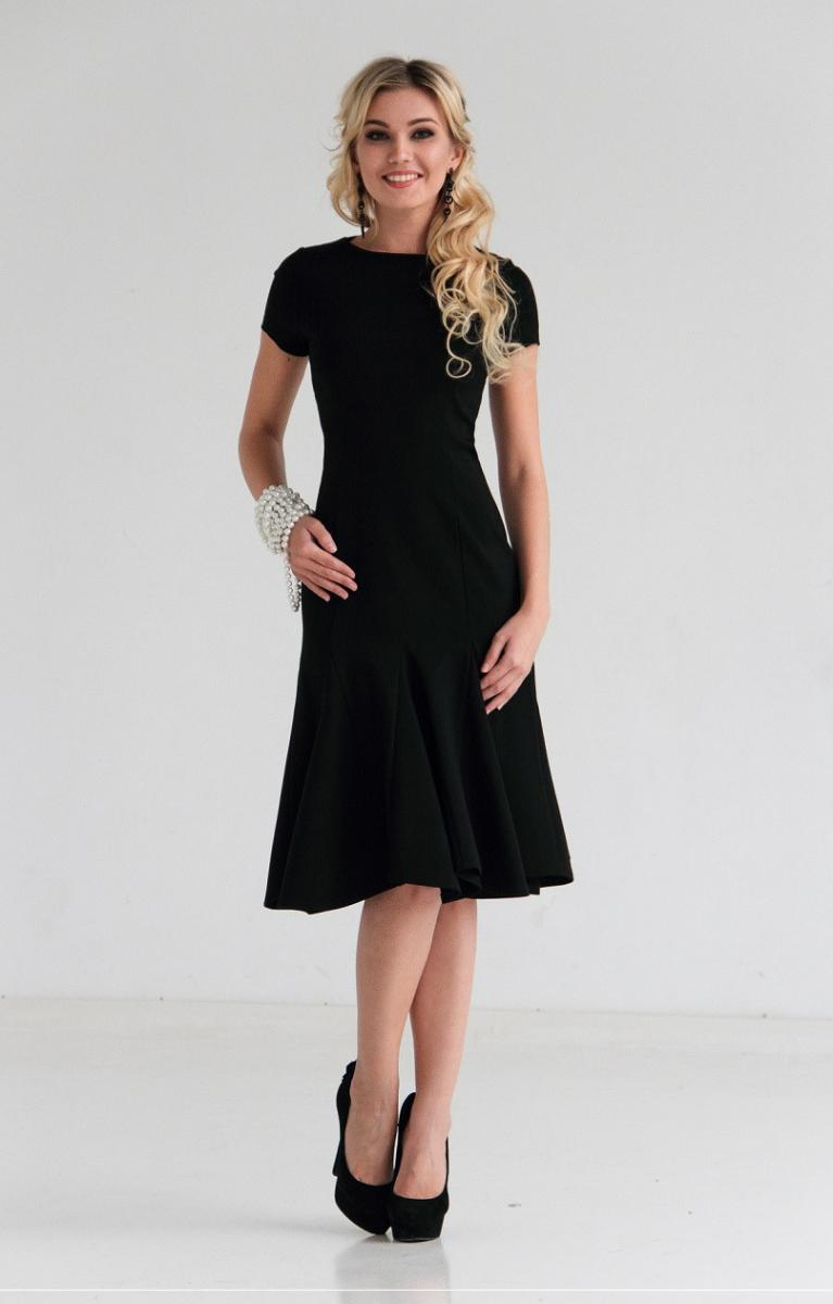 487d319759f5e86 ... платья, дополненная сапогами или туфлями, уместна как для похода в  кафе, так и для свидания. Чёрное платье-футляр или прямого кроя, средней  длины, ...